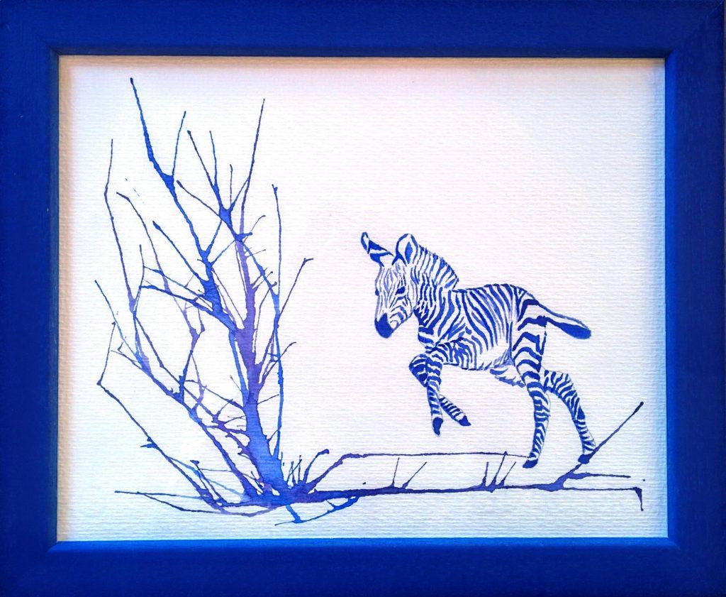 acuarela azul para decorar una habitación infantil de un bebe de cebra saltando una rama. Acuarela soplada.