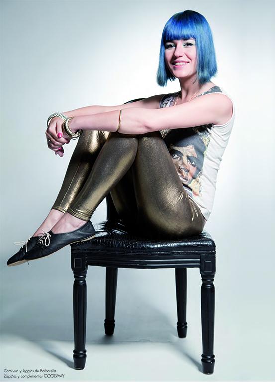 Barbarella Blow fotografiada para la revista Tenmag con el pelo azul tras ganar el concurso Coolway urban art.
