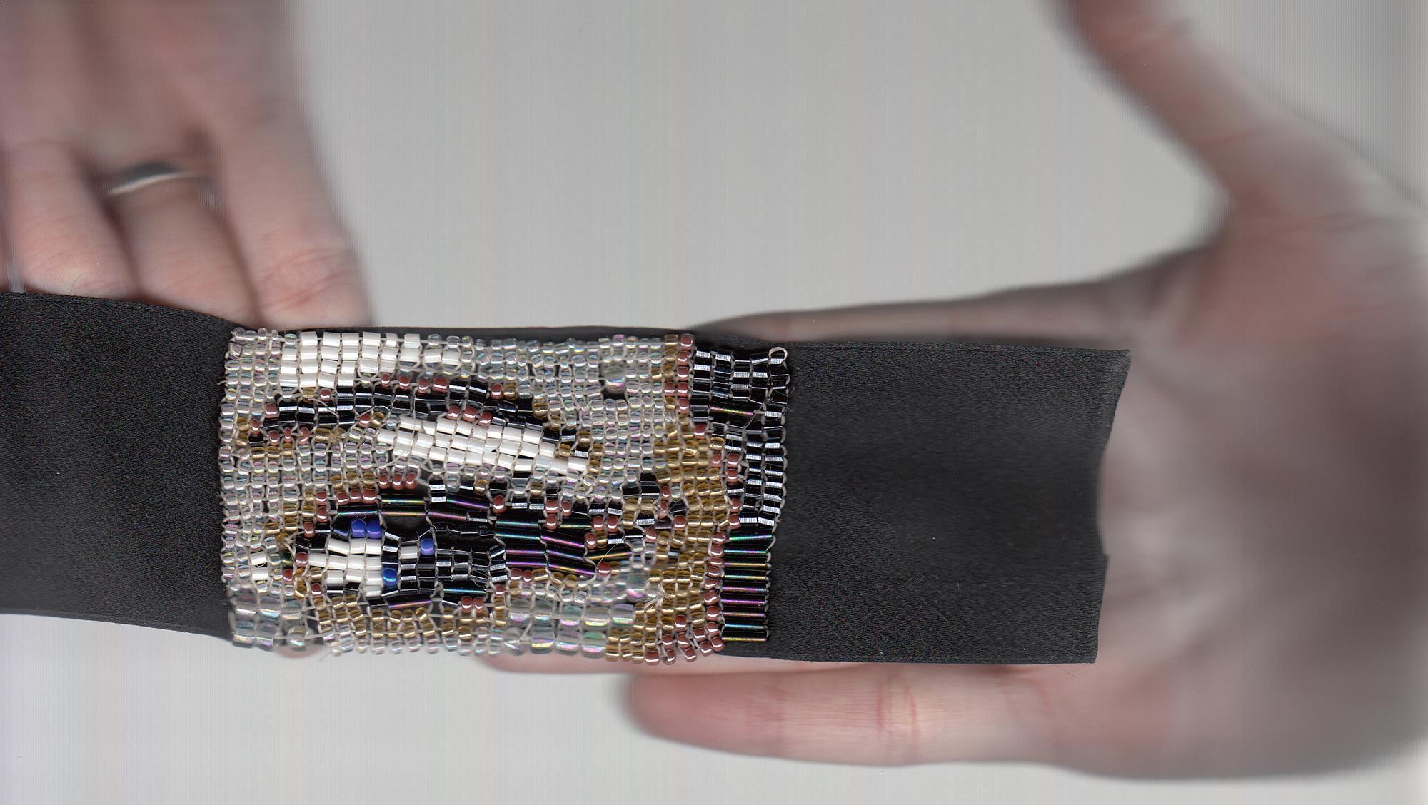 Ojo de Barbarella Blow representado cuenta por pixel formando una joya.