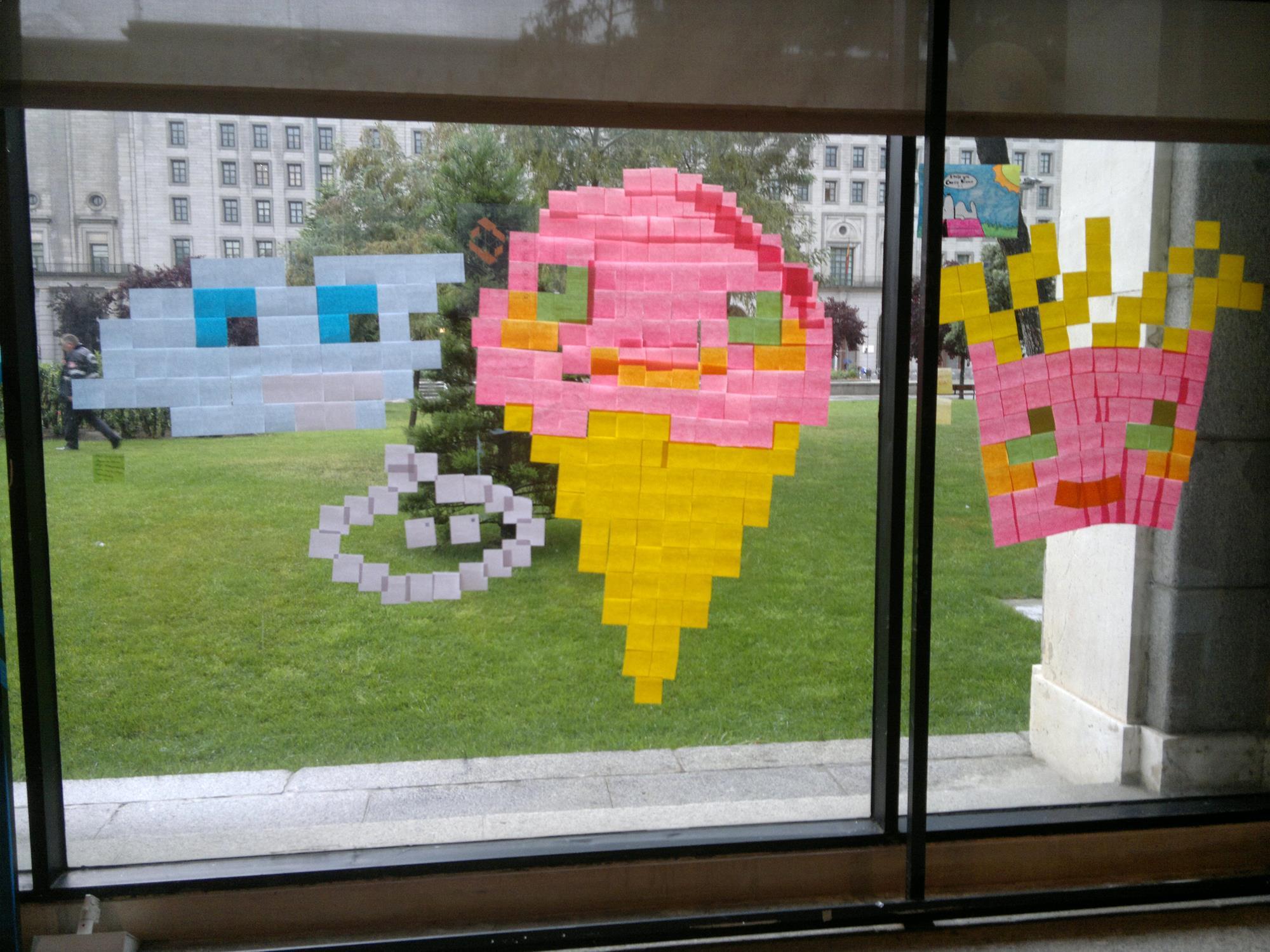 Procrastinar de rodriguez creando un mural de post its en la ventana. En este caso, estaba en nuevos ministerios en verano. Pixel art helado, nube y french fries