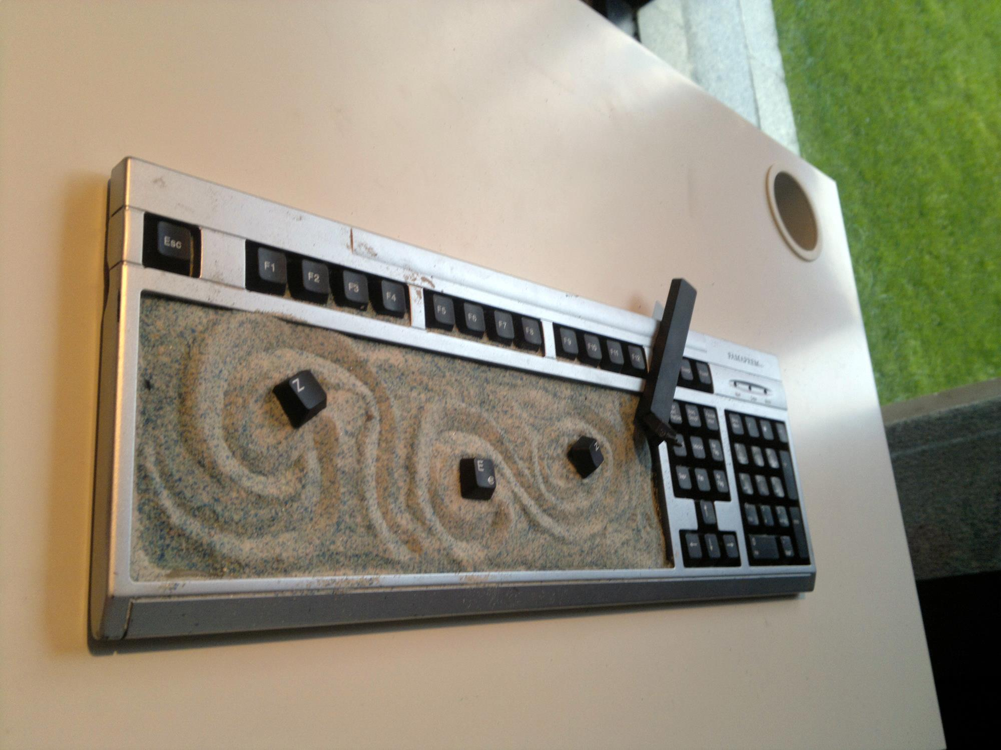Procrastinar utilizando el teclado del ordenador a modo de jardín zen. Lo llenas de arena y la barra espaciadora hace de rastrillo. Está muy bien si te aburres en la oficina.